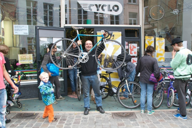 ©Barry Sandland/TIMB - Cyclo store at rue de Flandre, Brussels on the day before the Day Without Cars