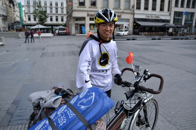 ©Barry Sandland/TIMB - Touring cyclist from China