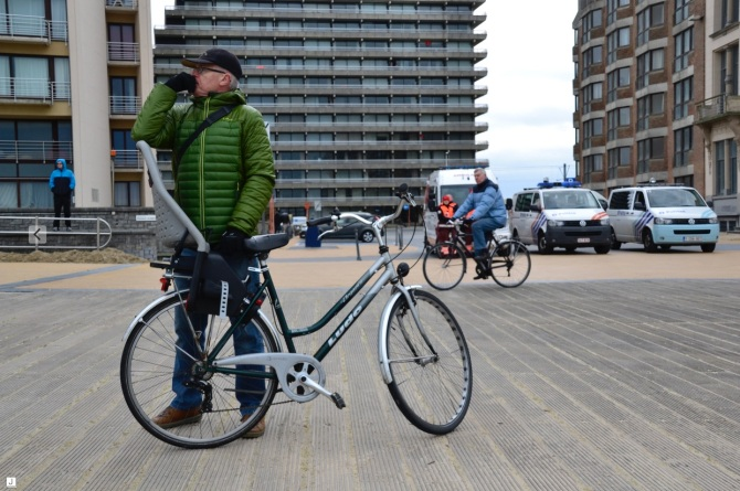 ©Barry Sandland/TIMB - Man with his bike on the beach in Ostende