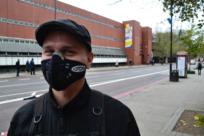 ©Barry Sandland/TIMB - Cyclist with pollution mask in London