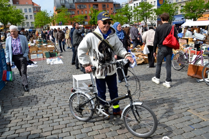 ©Barry Sandland/TIMB - Man on a Viking Savannah folding bike in Brussel's Place Jeu de Balles