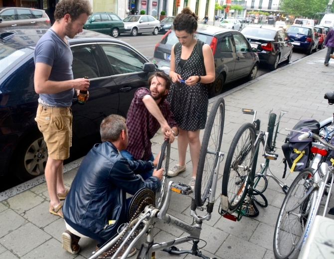 ©Barry Sandland/TIMB - Cycloperativa helping with a wheel and tire repair