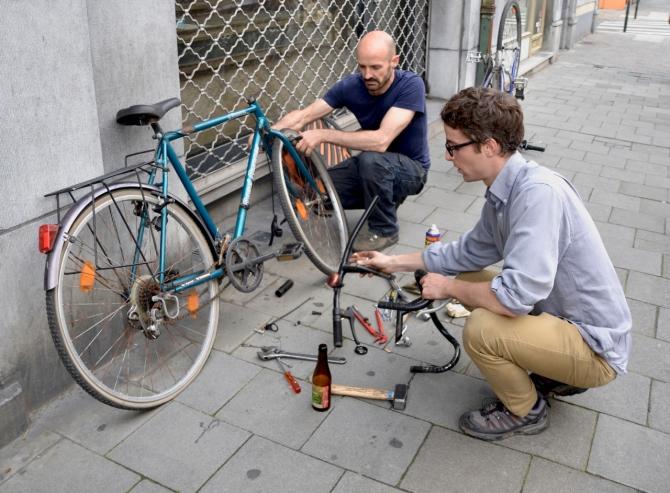 ©Barry Sandland/TIMB - Mechanics at Cycloperativa working on a rebuild