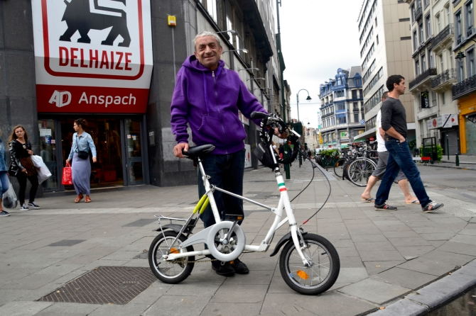 ©Barry Sandland/TIMB - Man with his folding bike in Brussels, Belgium