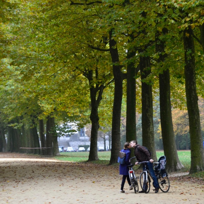 ©Barry Sandland/TIMB - Romantic image of two cyclists kissing in a Cinquantenaire park in autumn in Brussels