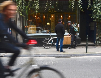 ©Barry Sandland/TIMB - PedalBXL courier delivering tea on his Bullitt cargo bike