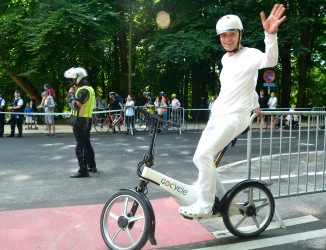 ©Barry Sandland - Rider on electric bi8k,. dressed in white, as proof that bike riding is not always grease and stains